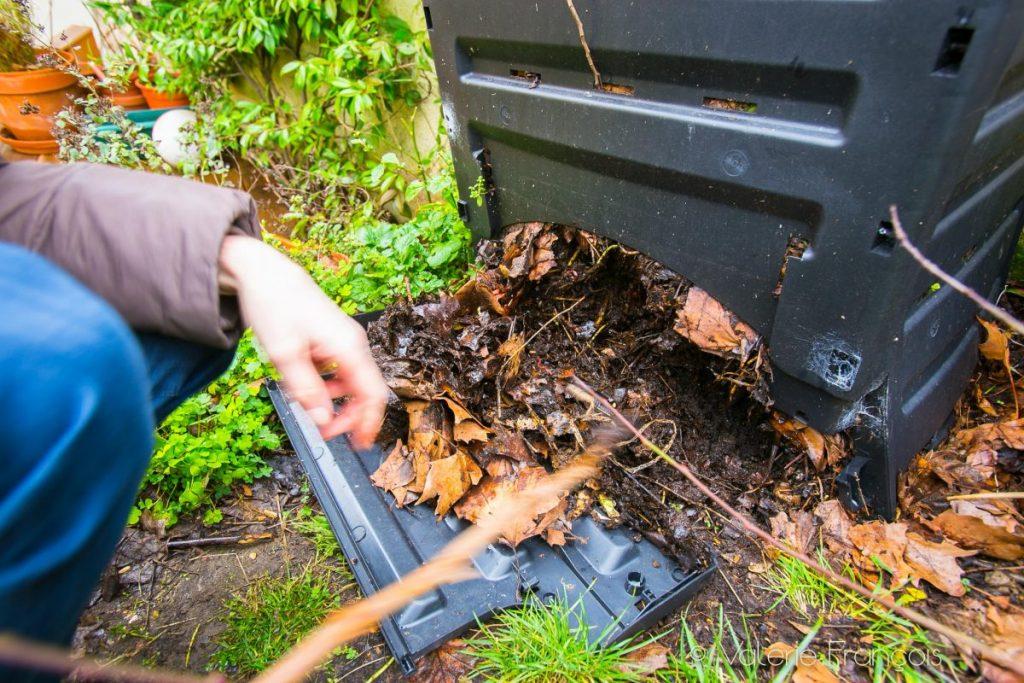 Dans un composteur de jardin, il faut une année avant de récupérer le compost.