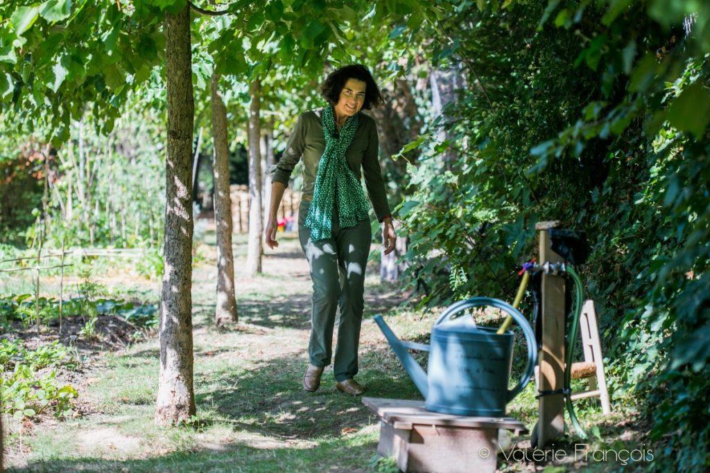 Raphaèle Bernard-bacot dans le jardin des incroyables comestibles à Ville d'Avray
