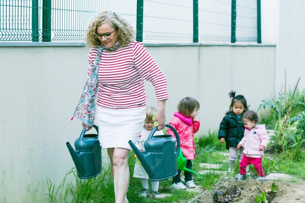 Myriam avec les petits jardiniers