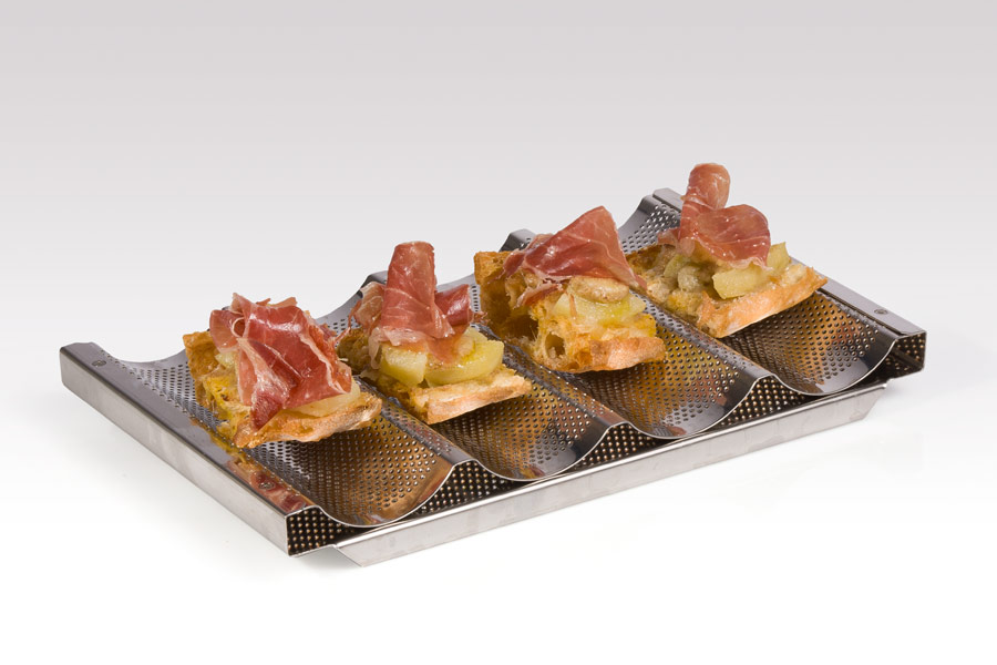 Josellinis au gratin [Iberian loin, melted cheese and foie on crystal bread (crispy crust and soft, honeycombed interior bread)