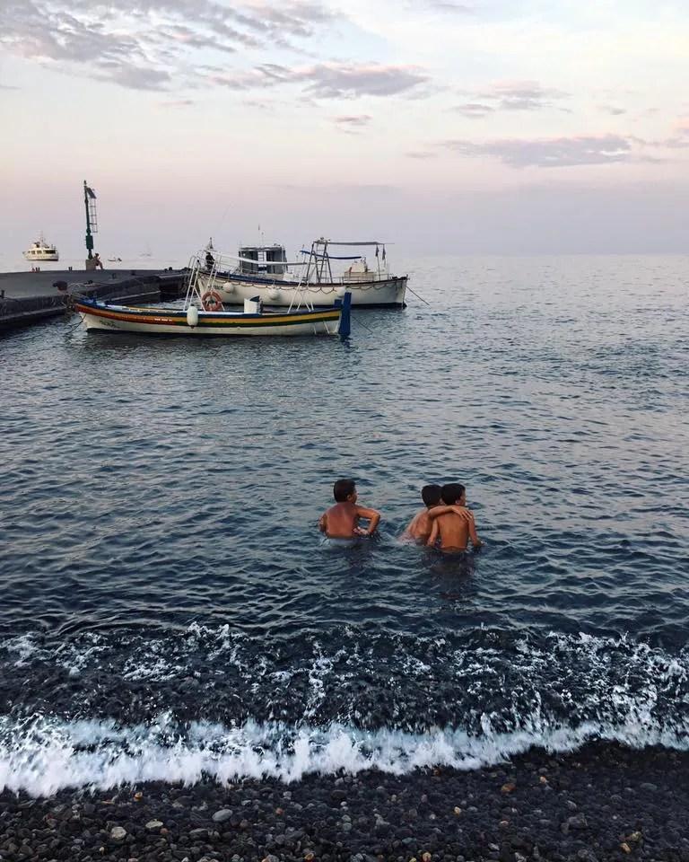 Bambini nel mare di Sicilia
