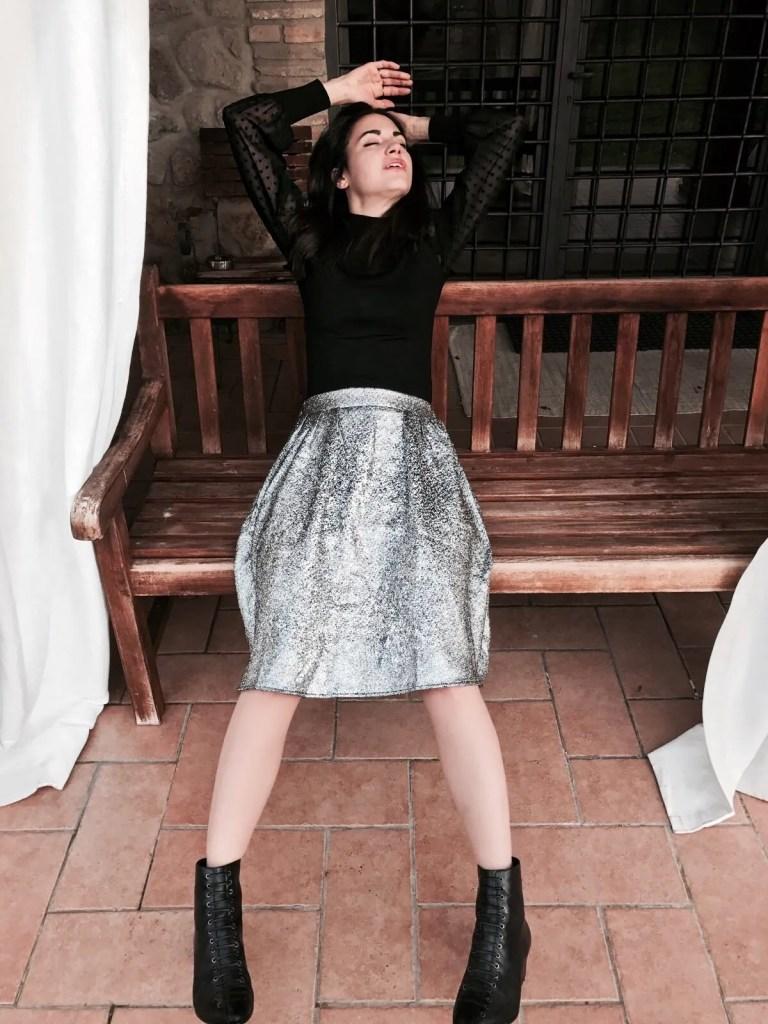 Lavinia Guglielman sdraiata su una panchina per Zalando