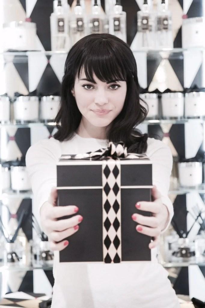 Lavinia Guglielman con pacco regalo di fragranze per Jo Malone