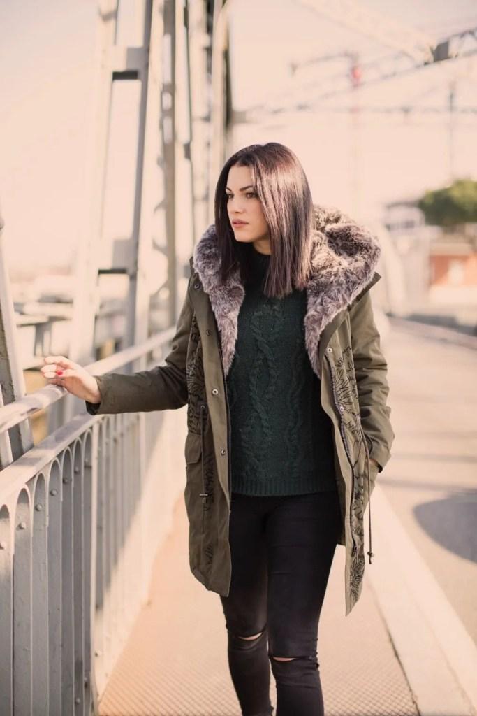 Lavinia Guglielman sul ponte della Musica a passeggio per Desigual