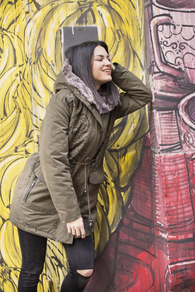 Lavinia Guglielman davanti ad un murales con look Desigual