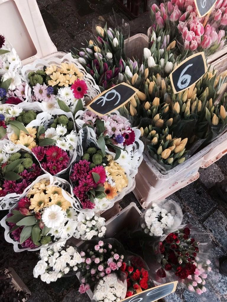 Foto di un carretto di fiori a Parigi