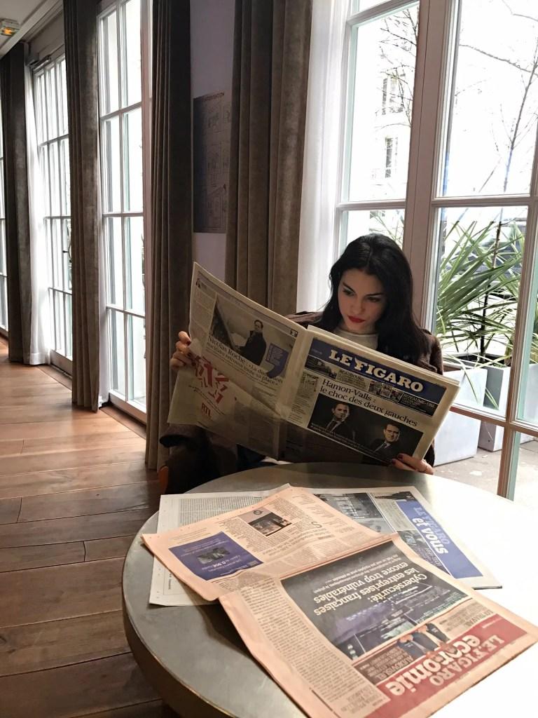 Lavinia Guglielman che legge le Figaro a Parigi