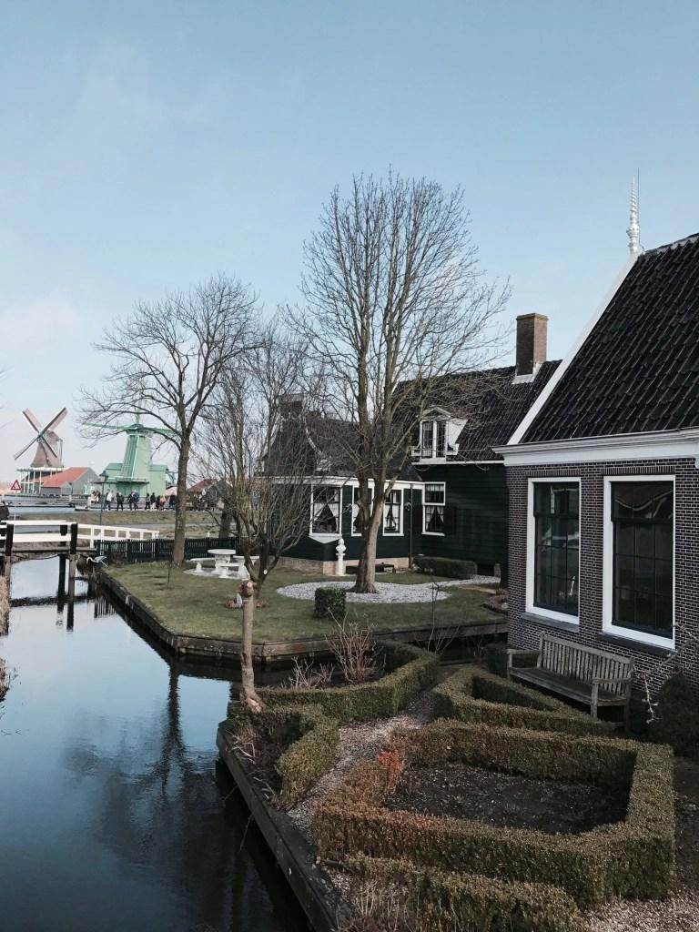 Villaggio di Zaanse Schans sulle sponde del fiume