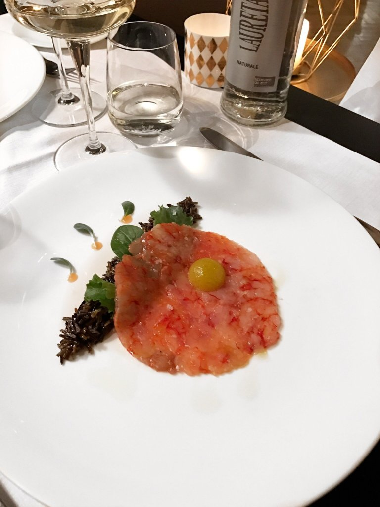 Crudo di gamberi rossi, sfera all' olio BIO, riso selvaggio e sentori di curry al Ristorante dell'Argentario Golf Resort & Spa