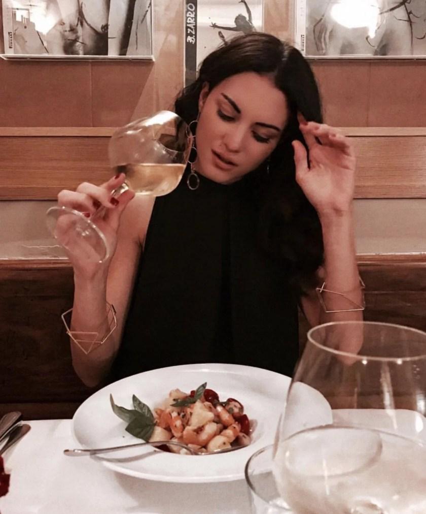 Lavinia Guglielman che mangia Gamberi alla Catalana al Gabriello di Roma