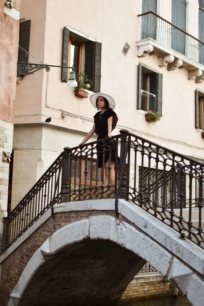 Lavinia Guglielman su un ponte di Venezia