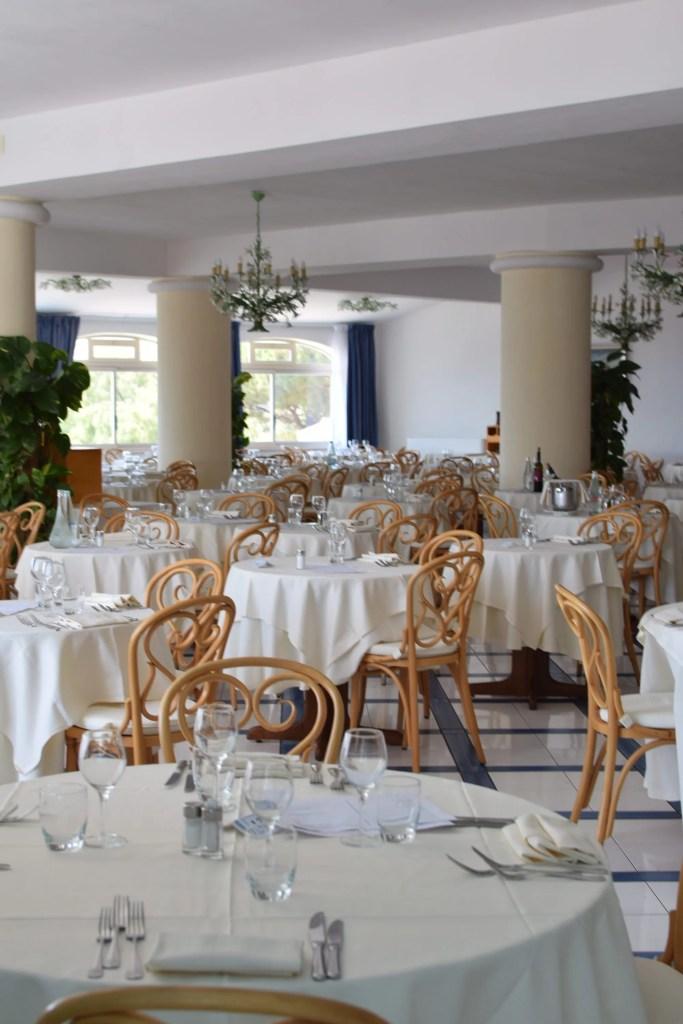 La sala del Ristorante principale del Romantica Hotel di Ischia