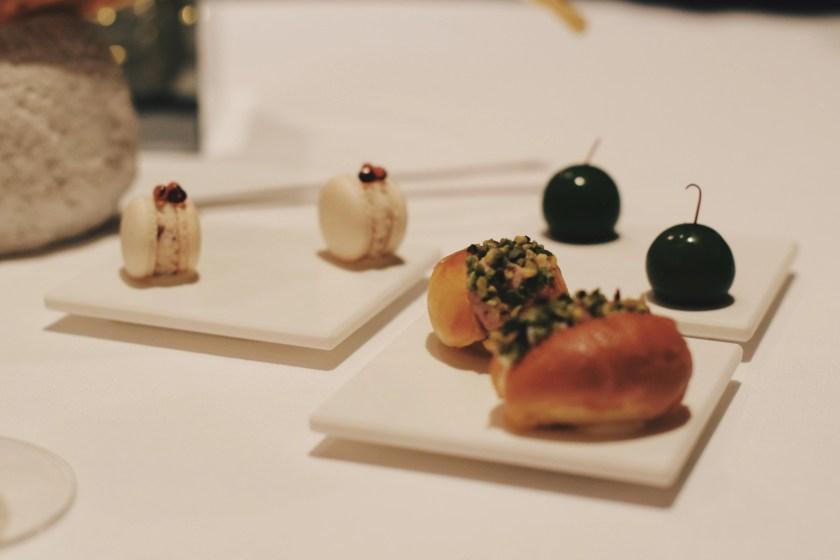 finti macarons finte olive e finti maritozzi