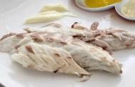Branzino selvaggio in crosta al sale ed erbe aromatiche, proposto con tre salse e Gravina bianco
