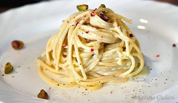 Spaghetti trafilati al bronzo con pesto di ricotta di capra e pistacchi