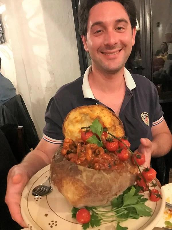 Frank Maglio con il pane scavato con pomodorini e polipetti al Vecchio Frantoio di Laterza