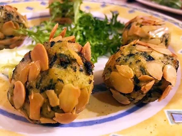 Polpette di patate con spinaci e scaglie di mandorle