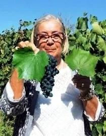 Donatella Cinelli Colombini con l'uva Foglia tonda