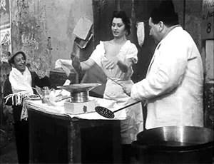 Sofia Loren mentre prepara le pizze fritte