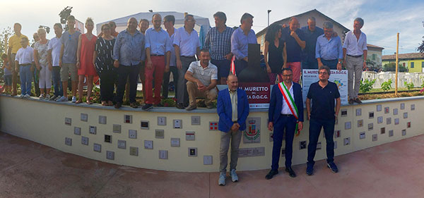 Il muretto del Nizza presso Moasca con il sindaco Andrea Ghignone a fianco del presidente Gianni Bertolino e gli altri produttori