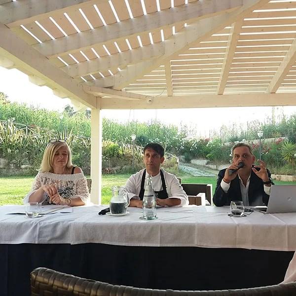 Da sinistra: Nieva Zanco (de La Consiglieria, Guida Gastronomica non convenzionale), lo chef Giuseppe Romano e il giornalista Filippo Teramo