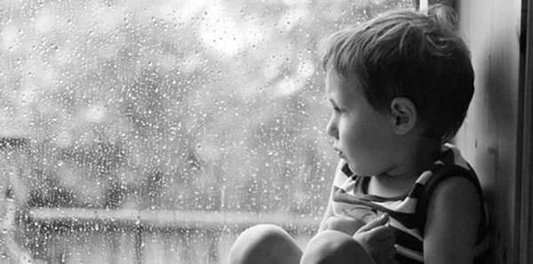 bimbo guarda pioggia