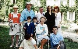 La famille Vieuzac réunie autour de la défunte...