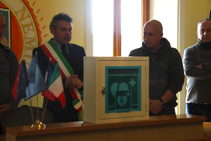 Il sindaco Bertucci riceve per il comune di Nemi la donazione di un defibrillatore