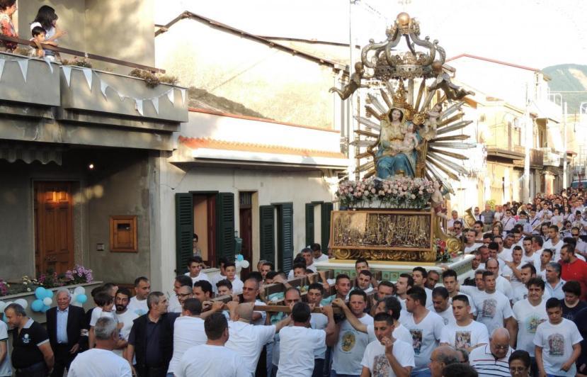 Calabria, la Madonna fa l'inchino al boss durante processione