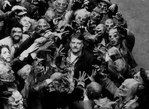 George A. Romero in mezzo ai suoi zombie in La notte dei morti viventi (1968)