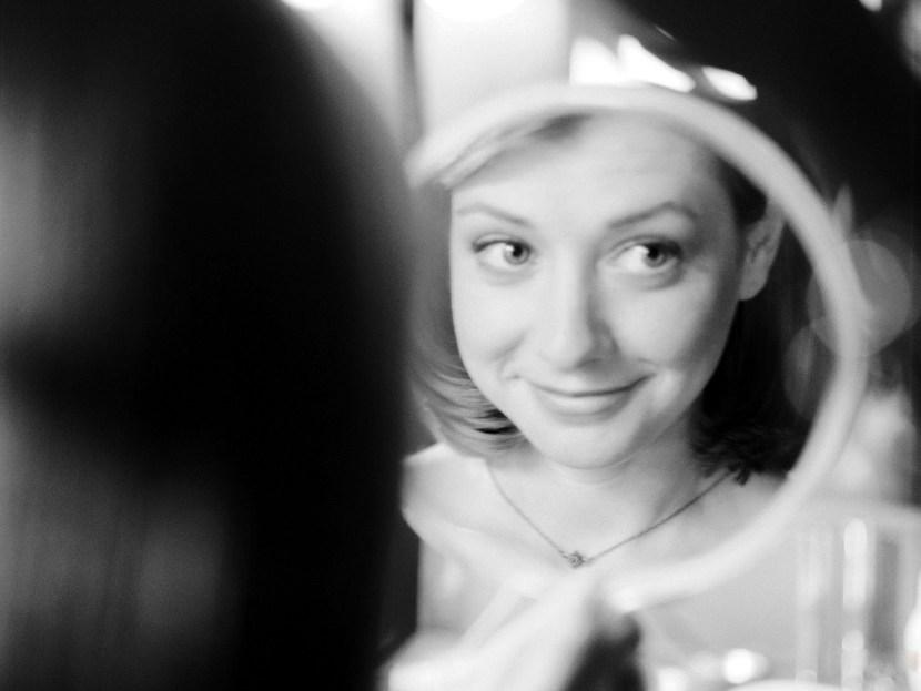 Актриса, alyson hannigan, элисон хэннигэн, отражение, черно-белая, зеркало, улыбка, 1600x1200
