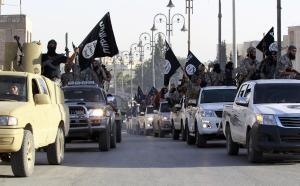 Militanti islamisti sfilano a Raqqa, in Siria