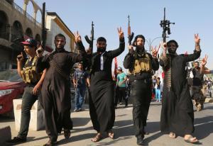 Terroristi islamici in marcia a Mosul