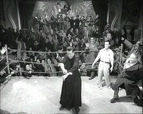 Una foto di Don Camillo, intento nel disputare un incontro di boxe