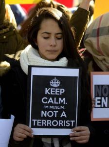 Una ragazza musulmana alla marcia di Parigi.