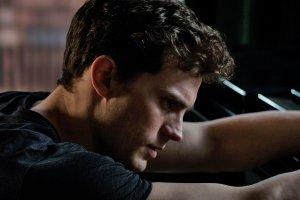 Jamie Dornan ha sostituito Charlie Hunnam, inizialmente scelto per il ruolo di Mr. Grey, a pochi giorni dalle riprese