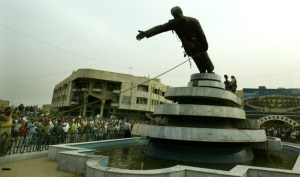 La caduta di Saddam Hussein in un'immagine esemplificativa del 6 aprile 2003