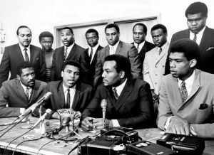 1967, Cleveland, Ohio: tre dei protagonisti al summit indetto da Muhammad Ali: con il campione islamico (1942) anche Bill Russell (1934) e un giovanissimo Lew Alcindor (1947) oltre ad un gran numero di èpersonalità afroamericane