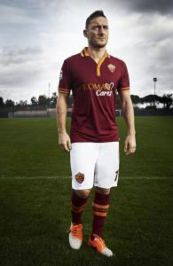 """Francesco Totti (1976) è un calciatore italiano, centrocampista o attaccante dell'AS Roma, della quale è capitano. Soprannominato """"Er Pupone"""", fra il 1998 e il 2006 ha vestito la maglia della Nazionale Italiana, vincendo la Coppa del Mondo nel 2006"""