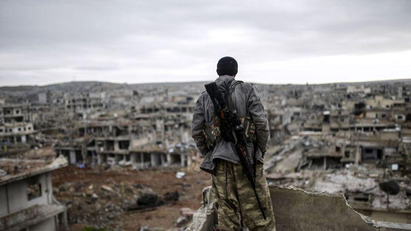 un-sniper-kurde-regarde-la-ville-syrienne-de-kobane-en-ruines-le-30-janvier-2015_5213257