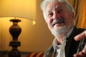 Marc Augé ( n.1935) è un etnologo e antropologo francese, noto per aver introdotto il neologismo «nonluogo».