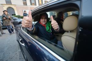 Il leader del Moviemnto dei Forconi, Danilo Calvani, finito il suo discorso in piazza De Ferrari, 11 dicembre 2013 a Genova, ha salutato la folla a bordo di una Jaguar