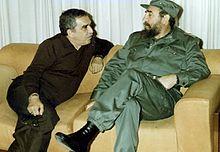 Lo scrittore che incontra l'amico Fidel Castro a Cuba, nel 1991.