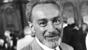 """Primo Levi (1919-1987) fu un chimico, partigiano e scrittore italiano di romanzi, poesie e racconti. La sua produzione letteraria è vasta, ma è noto soprattutto per """"Se questo è un uomo"""" e il suo seguito """"La tregua"""""""