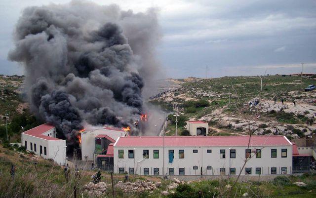 L'incendio al Centro di accoglienza di Lampedusa