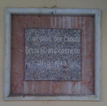La targa in memoria dei caduti del treno 8860 posta alla stazione FS di Caltanissetta Xirbi