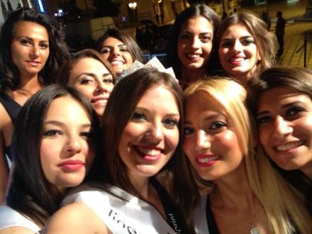 Il selfie di Miss Taranto con le premiate