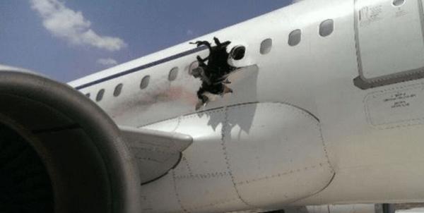 La foto dell squarcio provocato dall'esplosione. Foto condivisa da @HarunMaruf mostra il buco nel lato della fusoliera dell'aereo.