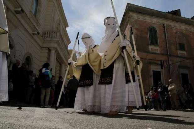 Sabato Santo: A Mottola processione all'alba