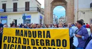 """Duemila manifestanti oggi a Manduria contro i cattivi odori e il degrado ambientale. Gli interventi - documento del comitato cittadino """"Aria Pulita"""""""